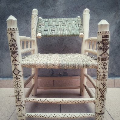 This armchair, which we named Ayllid, king in Berber, has passed through the hands of two artisans, first Ahmed, made the armchair with willow wood and braided palm tree for the seat and backrest, after Muha, personalized with pyrography of old Berber symbology. The armchair, in addition of beautiful , is very comfortable: it is wide, it has armrests and the backrest is turned so that it can be placed at the desired angle.